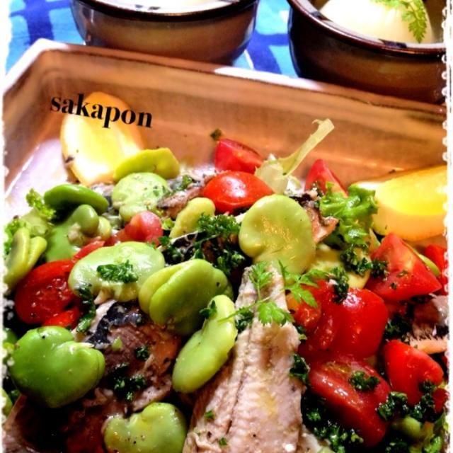 好物のそら豆の美味しい季節〜♡ いわしとそら豆合いますよん  新玉ネギは柔らかくて甘いので、丸ごとビーフブイヨンでコトコト煮 胡椒効かせて♪  今日は暑かったね〜カンパーイ♪ - 406件のもぐもぐ - そら豆&いわしのサラダ・新玉ねぎ丸ごとスープ by sakapon777