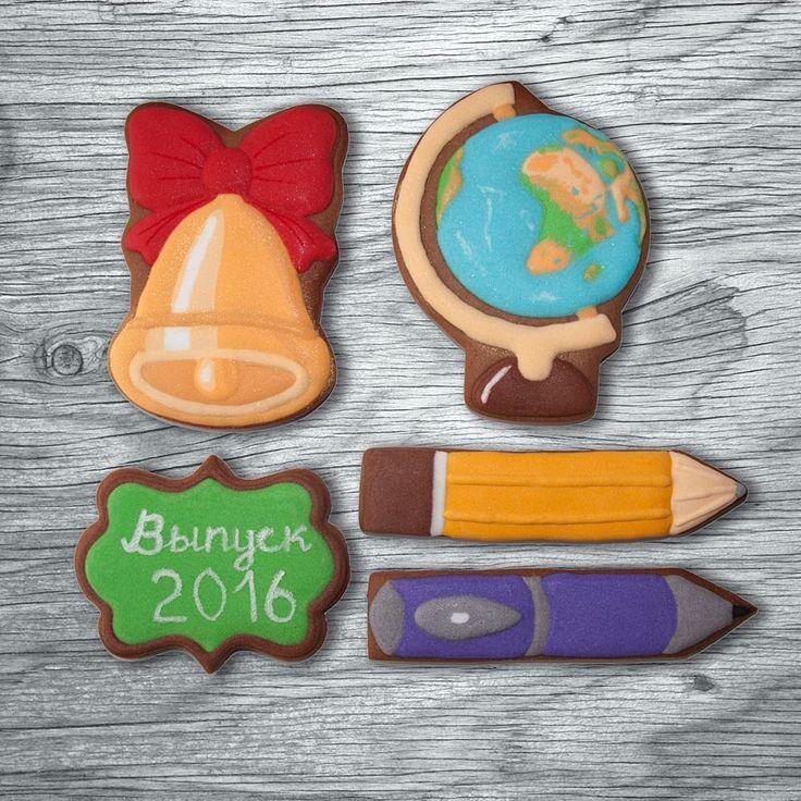 Пряник Глобус  12см. Набор пряников на последний звонок. Высота глобуса и колокольчика 12см, карандаш и ручка - 15см. Разбавлю пасхальную ленту. Пряники, как сувениры одноклассникам, на день рождения. Персонаж #колокольчик #имбирноепеченье #имбирныепряники #печенье #пряники #сладкийстол #cookies #royalicing #пряникивмоскве #необычныйподарок #handmade #cookiedecorating #cookieart #пряникиназаказ #candybar #королевскаяглазурь #ручнаяработа  #сладкийподарок #выпускной #выпускной2016…