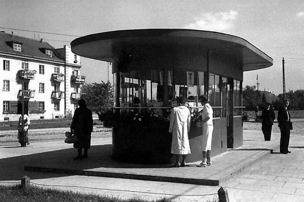 Przedwojenny przystanek tramwajowy na pl. Wilsona.