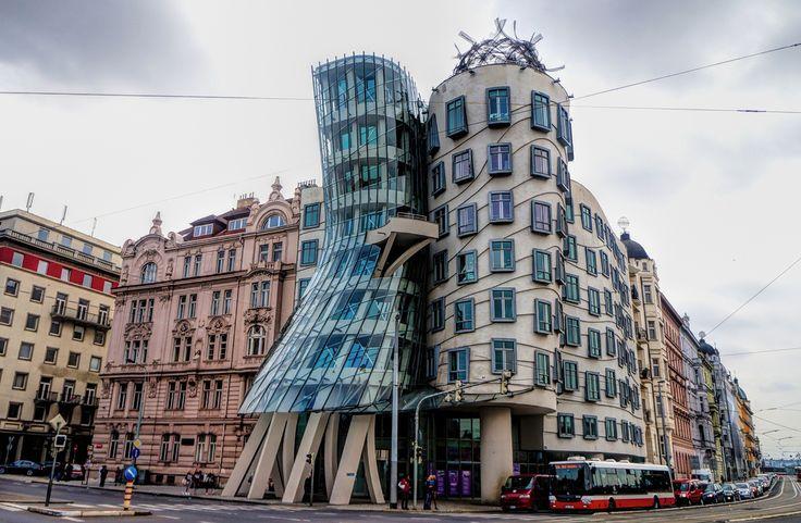 Танцующий дом в Праге моментально приковывает к себе взгляд странной искажённой формой. Он построен в 1996 году и состоит из двух башен — обычной и деструктивной. Его также называют «Джинджер и Фред» в честь пары американских танцоров — Джинджер Роджерс и Фреда Астера.