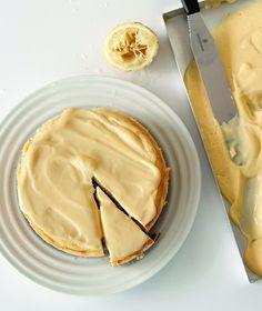 Βάση  200 γρ. μπισκότα digestive 80 γρ. βούτυρο αγελάδος soft (αυτό που πωλείται στο κεσεδάκι, αλλά όχι μαργαρίνη)  Κρέμα  700 γρ. τυρί ρικότα ή ανθότυρο 700 γρ. τυρί κρέμα 200 γρ. ζάχαρη άχνη 6 αυγά ξύσμα από 2 λεμόνια (ακέρωτα) χυμός από 1 λεμόνι  Κρέμα λεμονιού (προαιρετική)  500 γρ. φρέσκος χυμός λεμονιού 280 γρ. κρόκοι αυγού (περίπου 14 κρόκοι) 320 γρ. αυγά (περίπου 6 αυγά) 300 γρ. ζάχαρη 300 γρ. βούτυρο αγελάδας soft, τεμαχισμένο