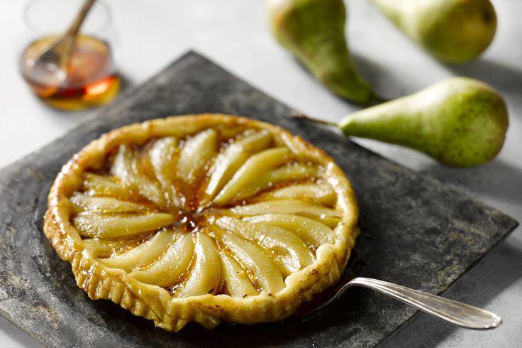 Tarte tatin is een omgekeerde taart, een echte Franse dessertklassieker. In deze versie vervangen we de appels door peer en maple sirup of ahornsiroop...