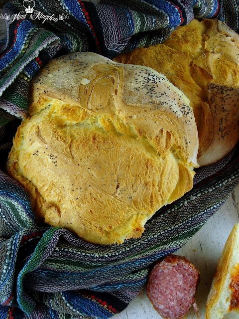 Pain cubain :  1,2 - 1.4l farine (je n'ai pas mesuré la masse de SETI, je voudrais utiliser une farine spéciale blanc, type-400)  - 40 g de levure fraîche (1 cube)  - 1 cc de sel  - 2 à thé de sucre  - 400 ml d'eau chaude  - 100 ml d'eau tiède  - graines de sésame ou de pavot pour arrosage
