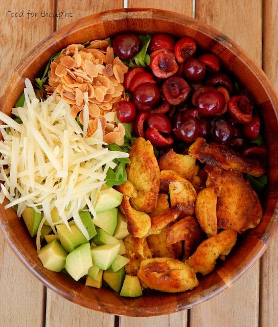 Food for thought: Πράσινη σαλάτα με κοτόπουλο, κεράσια, αμύγδαλα και γραβιέρα