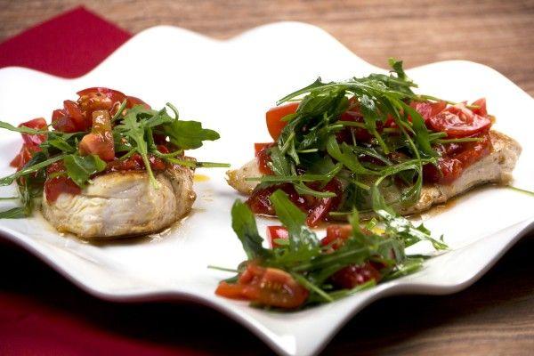 Pikantes Hähnchenbrustfilet mit Ajvar, Ruccola und Tomaten