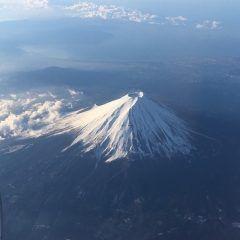 羽田空港発で朝イチの福岡行き便 機内に乗って右側の窓側席ならこんなに立派な富士山がお目にかかれますよ しかもかなり高確率で()/ 富士山はいつ見ても神々しいそしてデカい 福岡発の羽田空港行きなら左側ですね なんか良いことありそうです  #富士山 #ご利益 #飛行機 #東京 #羽田空港  #福岡空港 #絶景
