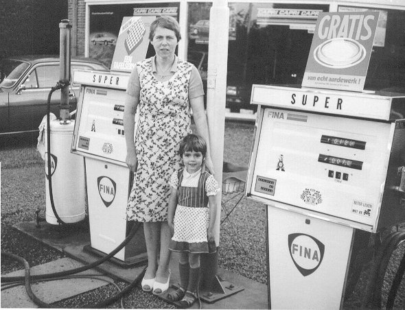 Benzinepomphoudster 1960-1970. Zelfbediening was er nog niet bij. De tank werd voor je gevuld.