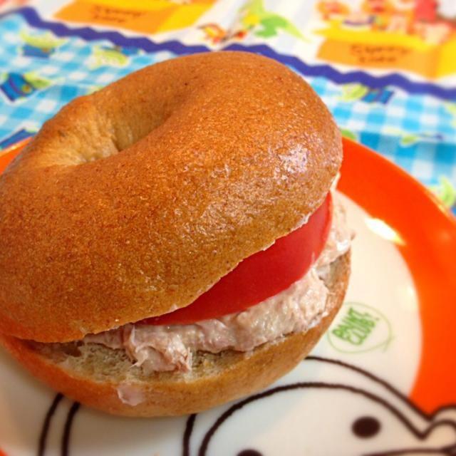 おはようございます☆ 今朝はみちゃこさんのベーグルでベーグルサンド! 昨日買い物行けなかったから、レタスが無くて残念(。・ˇ_ˇ・。) 彩り悪いけど、美味しかった♫ - 127件のもぐもぐ - ツナサラダとトマトのベーグルサンド by atsu1143