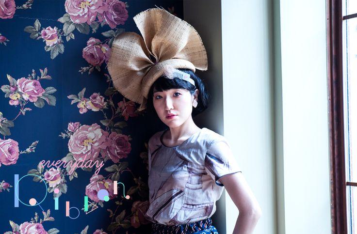 ファッションブランド「Ki Noe」のデザインや、雑誌『VACANCES』の編集長兼アートディレクターを務めるなど、さまざまな顔を持つデザイナーの大谷有紀さんが選んだリボンは、「hair setting -faster than faster」。 http://soen.tokyo/fashion/everyday/everyday_ribbon_blogger03.html