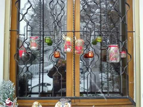 Finestrina decorata con lanterne per...Natale! Lanterne create con vasetti in vetro, decoupage, colori per il vetro.