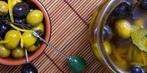 Маринованные оливки. Наверное, вы думаете, что мариновать оливки – привилегия тех, чьи окна выходят на оливковую рощу, нам же, жителям холодных широт, приходится довольствоваться содержимым скудных полок наших нечутких к хорошим оливкам магазинов. Следуя этому рецепту, все ингредиенты для которого при желании можно найти даже за Полярным кругом, вы сможете быстро приготовить маринованные оливки, по вкусу значительно превосходящие все, что можно найти на уже упомянутых магазинных полках.
