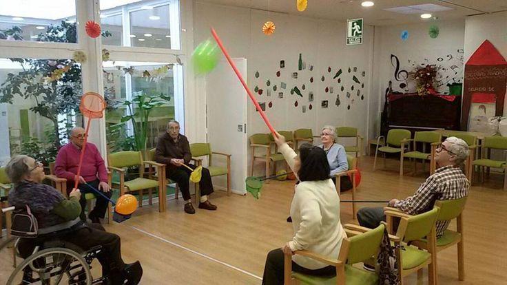 La rehabilitación del daño cerebral en ancianos requiere de la participación conjunta de un equipo interdisciplinar integrando áreas como: Fisioterapia, Terapia ocupacional para entrenar las habilidades motrices, Logopedia, Neurología y neuropsicología