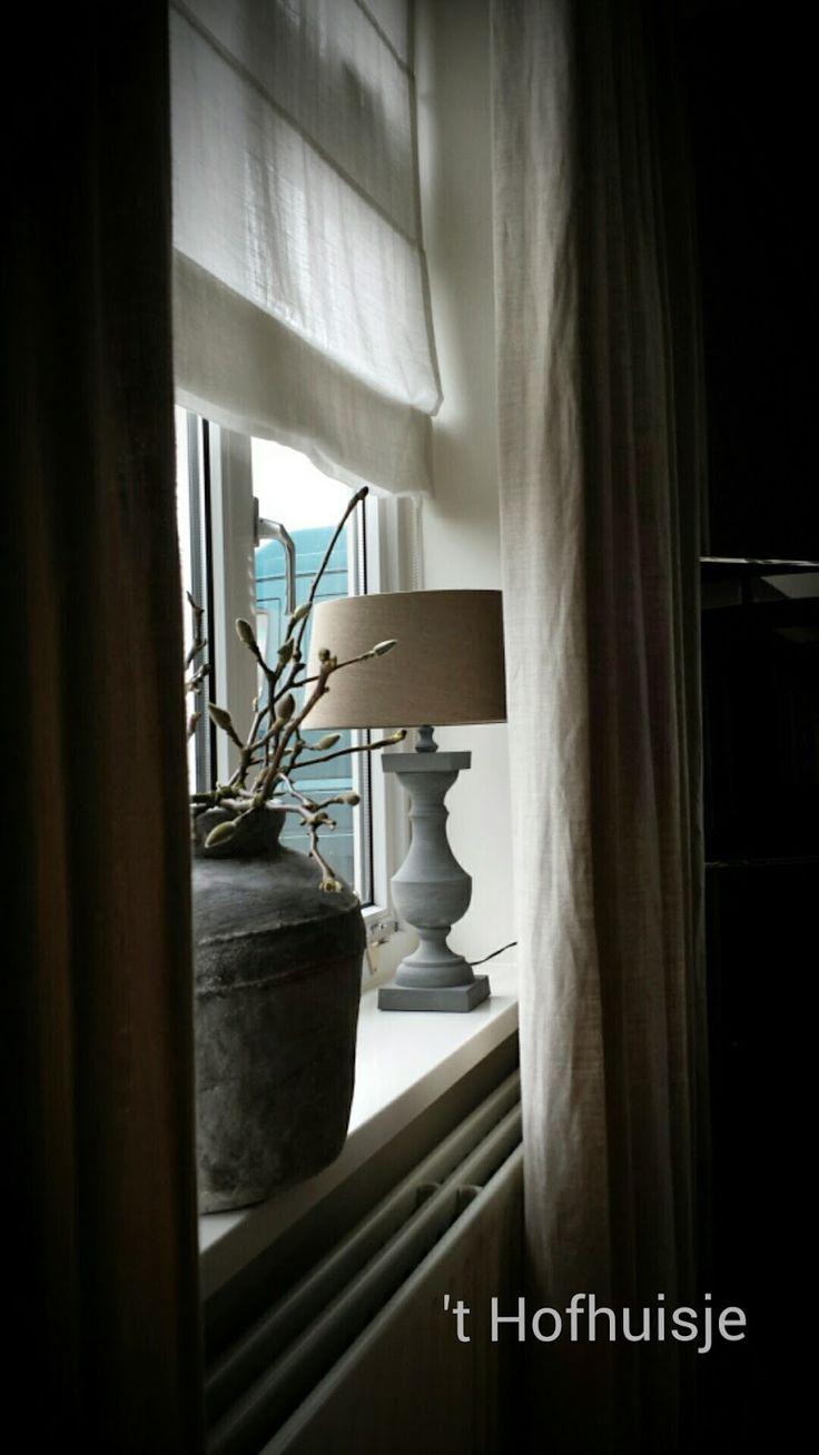 Mooie pot. Voor de ramen langs de haard?