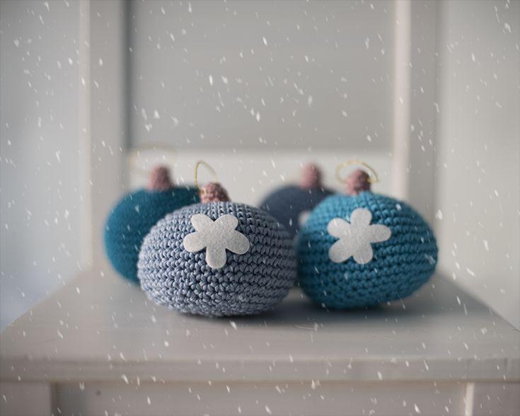 Ya va quedando poco para que llegue la Navidad, y es queréis tejer alguna cosa especial para decorar la casa esos días, es un buen momento p...
