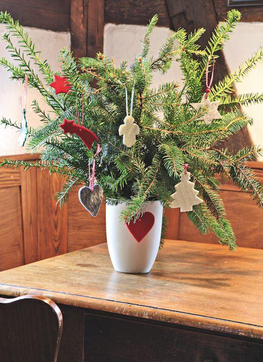 #Improvisez un #sapin de Noël nomade  et ajoutez sur le #vase une note colorée. espritdici.com #feutrine #deco #noel #diy #couleur #laine #feutre #christmas