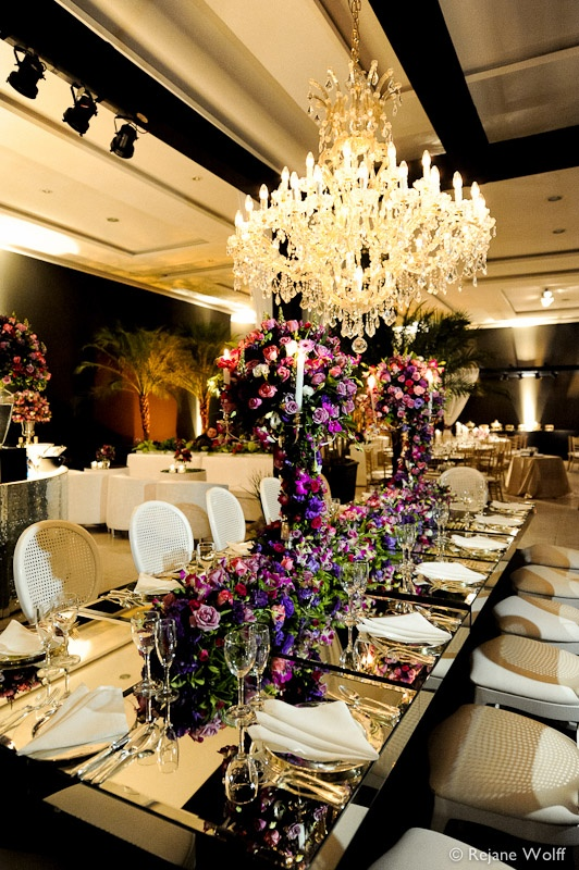 mesa decorada com flores roxas e rosas!