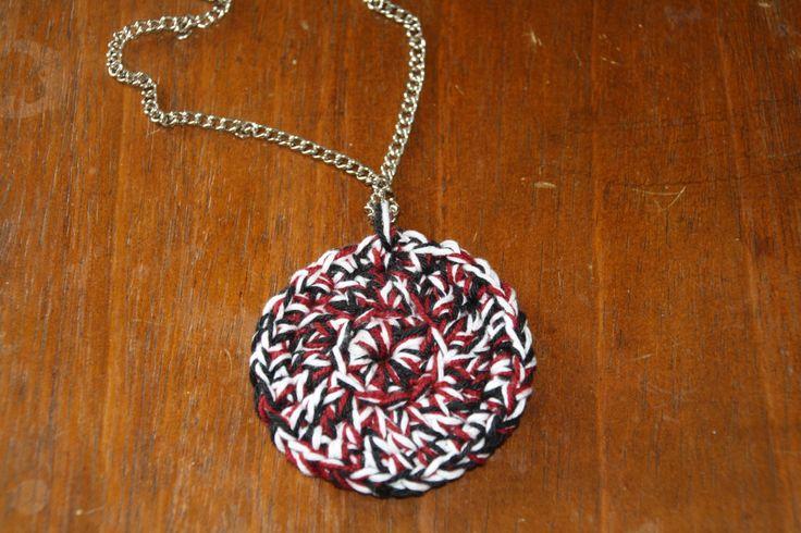 """Collana """"a catena"""" con cindolo fatto a mano ad uncionetto di 3 colori: rosso nero e bordeaux:)"""