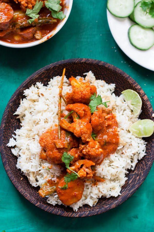 Cauliflower Rendang Curry - Vegan au chou-fleur et patate douce, pour ma part je n'avais pas de citronnelle, j'ai rajouté une cuillère de sauce tomate en même temps que le lait de coco et un peu d'herbes sèches (céleri)