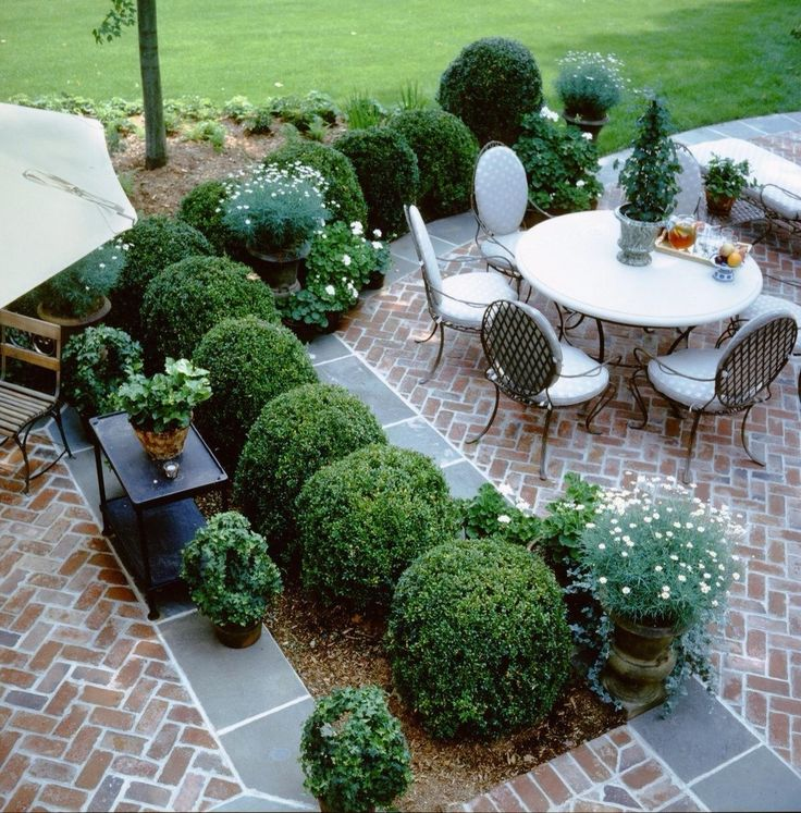 Really like these brick pavers and the dark pavers to separate.