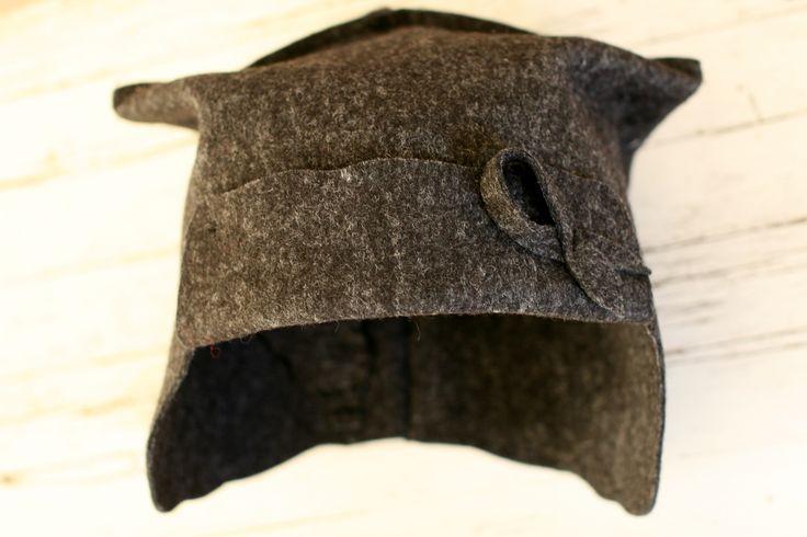 ECO väri kaarnan ruskea (kartassa väri 60) Sini nuorten malli, suojaa korvat löylyn kuumuudelta. Materiaali 100% villahuopa. Nauhasomiste edessä. Konepesun kestävä materiaali. Koot 52-58. Tilaustyönä myös eri kokoja. SINI hat for youngsters. Material made of 100% woolfelt. ECO felt colour number 60. There is a ribbon in front of the hat . Machine washable, unique hats. Sizes 52-58. When ordering, it´s possible to have different sizes. www.facebook.com/leeni.fi
