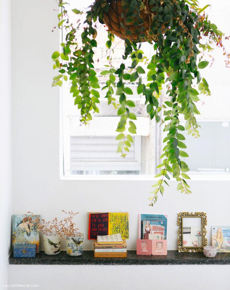 33-decoracao-escada-planta-pendurada-colecao-objetos