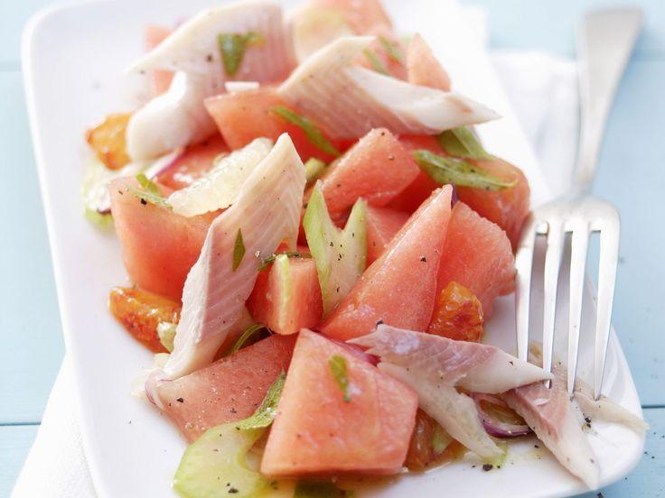 Melonensalat mit geräucherter Forelle |  Kalorien: 228 Kcal - Zeit: 25 Min. | http://eatsmarter.de/rezepte/melonensalat-mit-geraeucherter-forelle