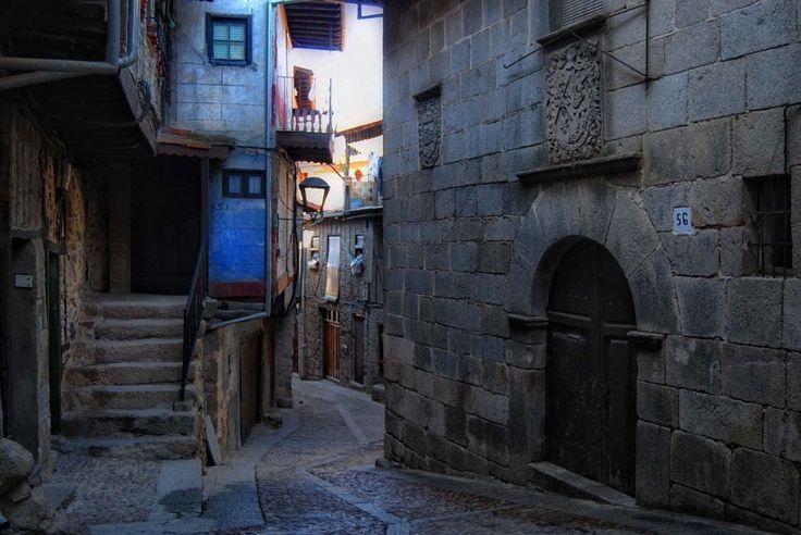 El granero público o alhóndiga de Miranda del Castañar, con el blasón de los zúñiga en su puerta, es actualmente la Oficina de Turismo de la Villa. Recorrer las calles de esta hermoso pueblo salmantino es simplemente delicioso.