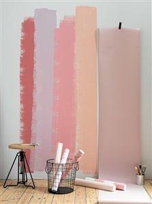 Rosa färg på vägg och rosa tapeter
