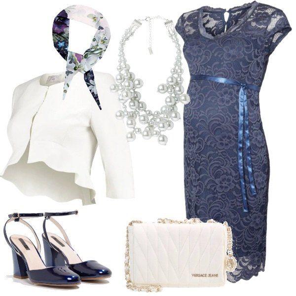Per una cerimonia propongo vestito elegante al ginocchio con profondo scollo a V abbinato ad un blazer con scollo tondo, una collana di perle, décolleté con tacco largo, borsa a tracolla e una sciarpa floreale.