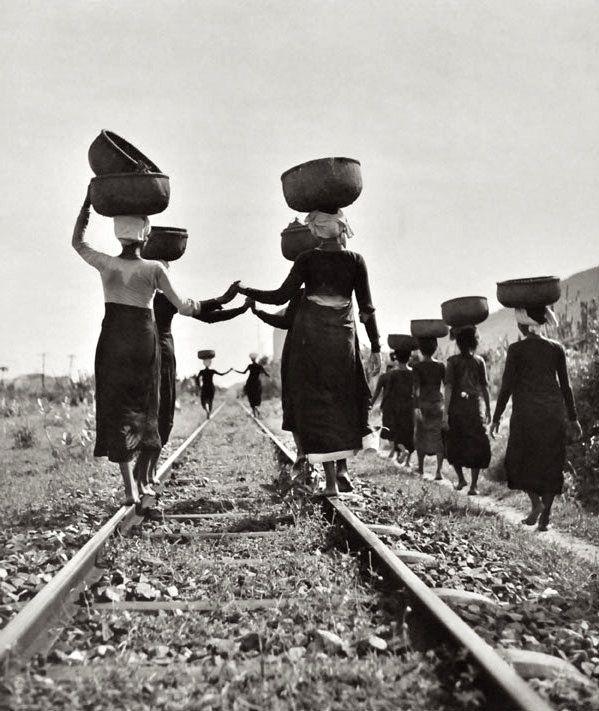 Werner Bischof - Femmes rentrant des champs, Indochine, 1952