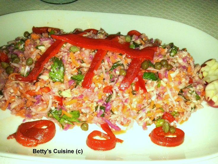 Μια πλούσια, χορταστική σαλάτα γεμάτη βιταμίνες και γεύση!    Υλικά:       Μισό μικρό λάχανο   Λίγο κόκκινο λάχανο (προαιρετικά)   2-3 καρ...