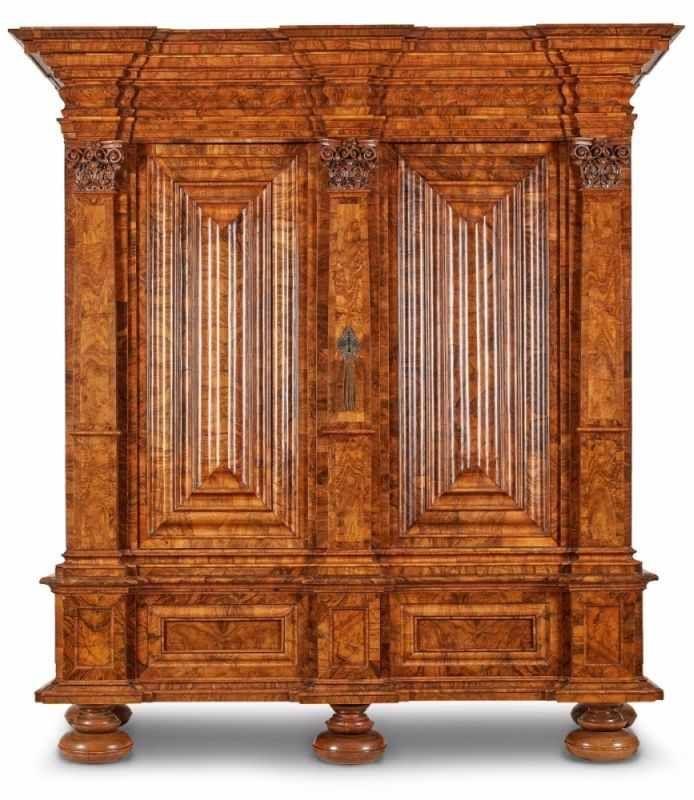 Barock Pilasterschrank, Frankfurt Um 1700. Wurzelnussbaum Querfurn. Durch 3  Pilaster Architektonisch U2014