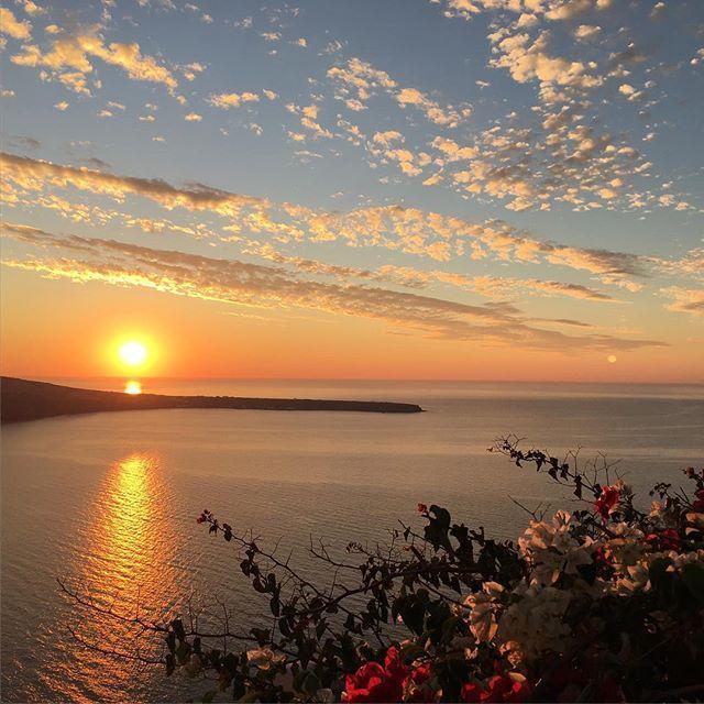 Spread some sunshine! #Santorini #Sunset Photo credits: @verovelz
