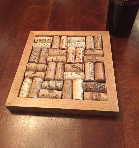 Notre Kit de dessous de plat Liège vin est un cadeau parfait pour tout amateur de vin. Le trépied est utilisé pour protège vos meubles tout en offrant des souvenirs de la bonne fois de boire cette bouteille de vin préférée.  Nous fournissons le cadre main frotté, cerise en bois avec des instructions, de colle et de solides protections de base, feutres. Vous fournir les 32 bouchons, collez-les sur la base et Voila, vous avez une partie dun genre un souvenir.  Dimensions: 8.3/4 pouces x 8,3/4…