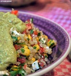 Quinoa-Koriander Salat mit Ziegenkäse und Avocado-Dressing - Rezept