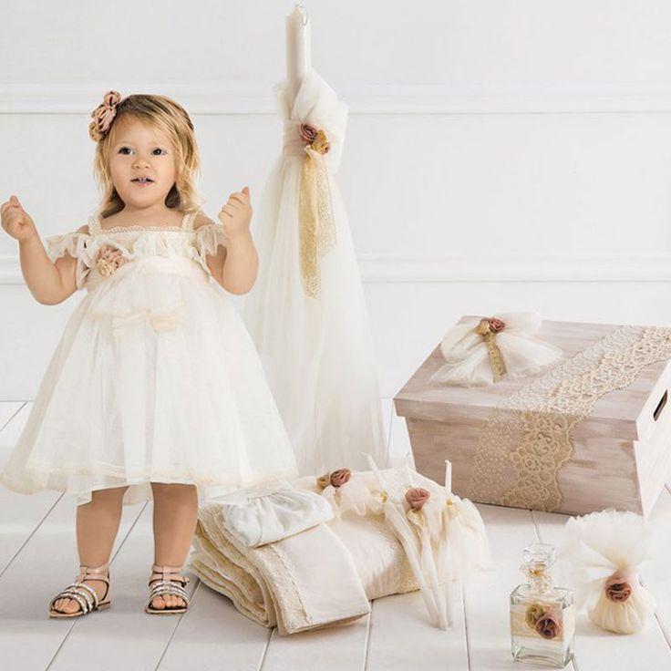 Το  Elena Πλήρες Πακέτο Βάπτισης της Cat in the Hat είναι ένα ολοκληρωμένο πακέτο 15 τεμαχίων το οποίο περιλαμβάνει : Το Βαπτιστικό φόρεμα Elena με την δική του κορδέλα, το ξύλινο χειροποίητο κουτί, την λαμπάδα της βάπτισης, το λαδόπανο (6 τεμάχιων) και το λαδοσέτ (μπουκάλι για το λάδι, 3 κεράκια και το σαπούνι). Το Elena είναι ένα αέρινο ρομαντικό φόρεμα από τούλι και δαντέλα διακοσμημένο με παλ ροζ λουλούδια και ζώνη που δένει στο πίσω μέρος