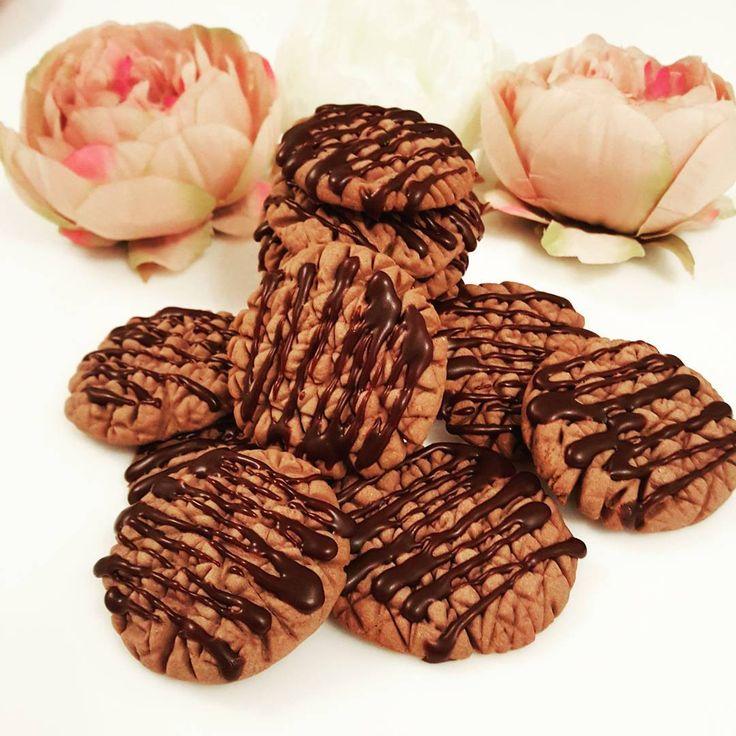 Hayirli aksamlar arkadaslar... Cok kolay biskuvi tadinda kurabiye yaptim.. Tarifi:150 gr oda sicakliginda tereyagi,1 su bardagipudra sekeri,2 yumurta aki,2 silme yemek kasigi kakao,1 limon kabugu rendesi,alabildigi kadar un... Yapilisi:once yagi ve pudra sekerini iyice cirpiyoruz ve yumurta aklarini ilave ediyoruz ve tekrar cirpiyoruz.ardindan diger malzemeleri de ilave ederek elimizle hamuru yoguruyoruz...unumuzu azar azar koyuyoruz ve kulak memesi dedigimiz kivamdan biraz daha yumusak…