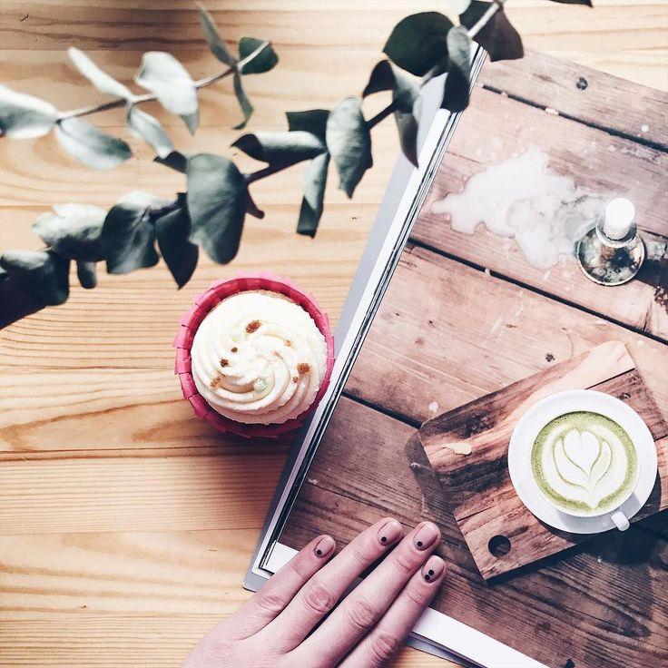 Банановые капкейки с малиновой начинкой и плотным сырным кремом от @les_li999 уже на стойке Рекомендуем сочетать с маття-латте или освежающим зеленым чаем #ohmytea #omt #ohmytearu #ohmytea_ru #tea #teaspb #омайти #омойчай #dessert #десерт #неслипнется #спб #сладости