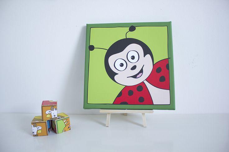 Ontzettend leuke kinderkamer of babykamer decoratie. Met dit mooie schilderij van een vrolijk lieveheersbeestje gaat je dat zeker lukken. Op canvas gedrukt in de maten 20x20 cm en 30x30 cm. Je kan kiezen uit verschillende kleuren.