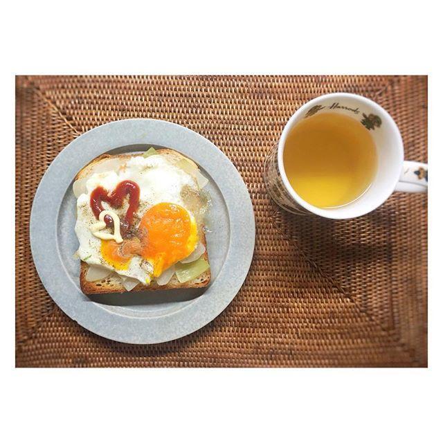 7_el_14_zeru#朝ごはん は#パラダイスアレイ の山パンで#ラピュタパン 〜下に炒め#玉ねぎ 入ってる〜 ケチャップとかマヨで落書きしてあるが基本#目玉焼き は#塩胡椒 派であるw #パン は#食パン っぽいけど食べると全然想像してる食パンの感じと違うのでwもっちりかみごたえがあって酸味がある感じ。ライ麦パンとかのイメージで行ったほうがいいかとw  今日もお友達に会えるんるん〜割とハード日程かもw  #朝食 #おうちごはん #お家ごはん #おうちカフェ #お家カフェ #無印良品 #イイホシユミコ #トースト #目玉焼きトースト #ハート #卵 #朝ごパン #パン好き #鎌倉 #パン屋さん #ジブリ #harrods #morning #breakfast #bread #toast #paradisealley