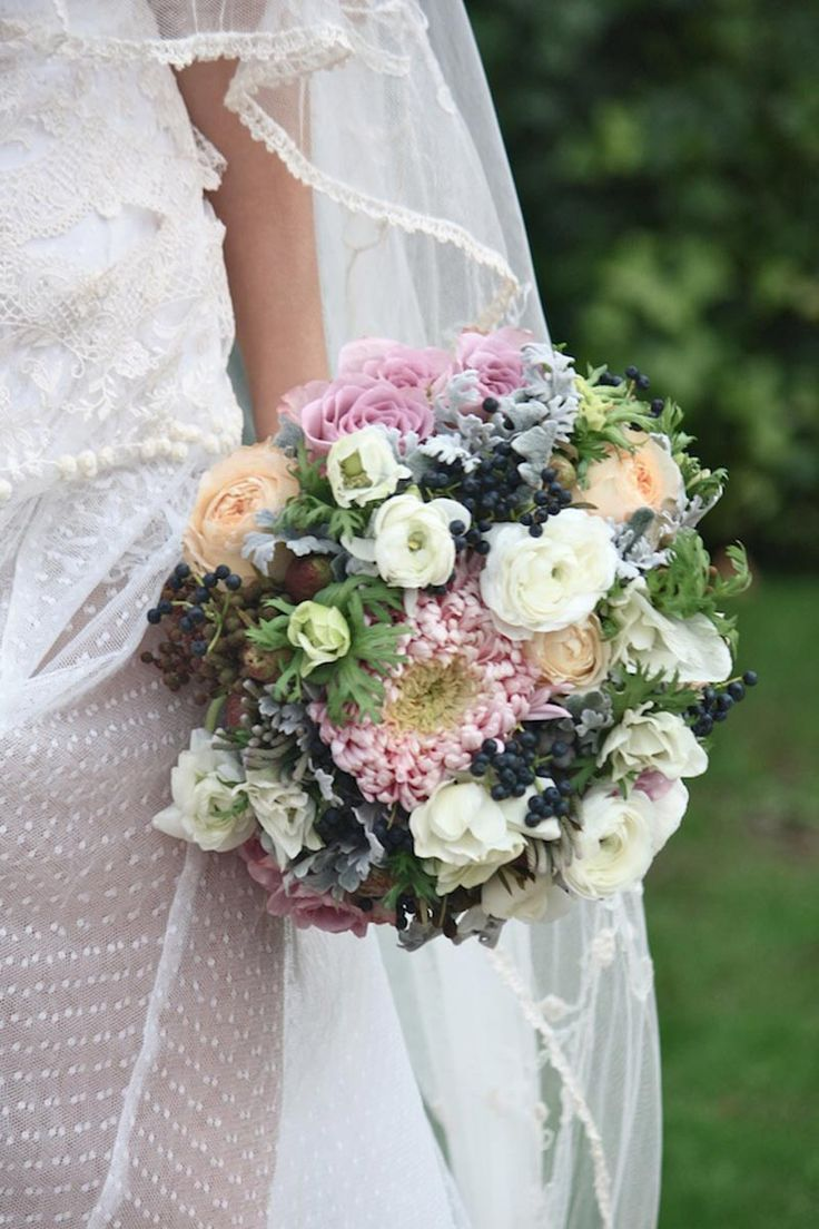 Ramo de novia de inspiración vintage y campestre de @Sally McWilliam McWilliam Hambleton for the workshop flores #ramodenovia #bridalbouquet