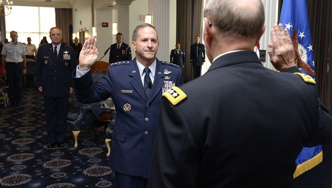 Designan a un oficial judío al mando de la Fuerza Aérea de los Estados Unidos - http://diariojudio.com/noticias/designan-a-un-oficial-judio-al-mando-de-la-fuerza-aerea-de-los-estados-unidos/175077/