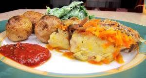 Запеченный судак с гарниром из креветок и шампиньонов Для приготовления блюда Запеченный судак с гарниром из креветок и шампиньонов необходимы следующие ингредиенты: судак (филе) четыре шт по двести гр; приправа для рыбы; ароматная соль; лимон; десяток средних шампиньонов; подсолнечное масло; лук; морковь; помидор одна шт; салатные креветки сорок шт; жирные сливки сто мл; базилик сушеный; тертый твердый сыр пятьдесят гр.