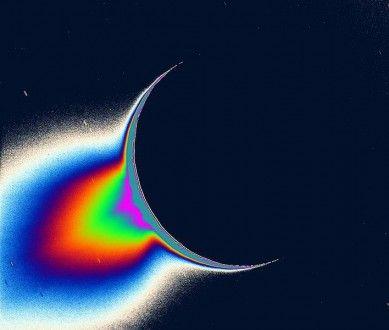 «Plongée» dans les embruns glacés d'un océan extraterrestre - Cassini, la sonde de la NASA, va traverser les geysers polaires d'Encelade, lune de Saturne, pour y traquer des signes de vie  «Cassini, la sonde de la NASA, va échantillonner l'océan de la lune saturnienne Encelade!» L'Agence spatiale américaine est passée maîtresse en communication pour attirer l'attention, et susciter la fascination.