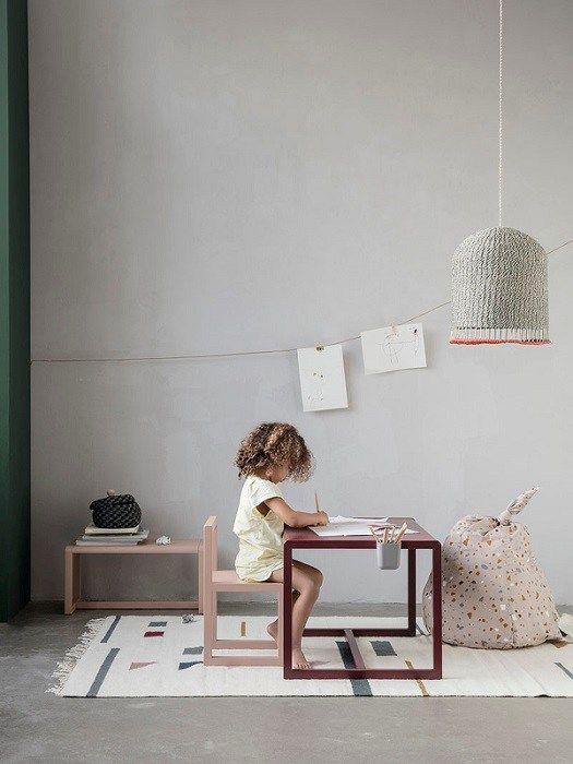 Digger den nye barnekolleksjonen til Ferm Living. Blant vårens nyheter finner man alt fra puter og sengetøy til bord og stoler. Jeg liker spesielt godt møblene, laget av askefinér, i helt nydeligefarger. Speilet med kaninører i lær er også en favoritt. Photo: FERM LIVING Related
