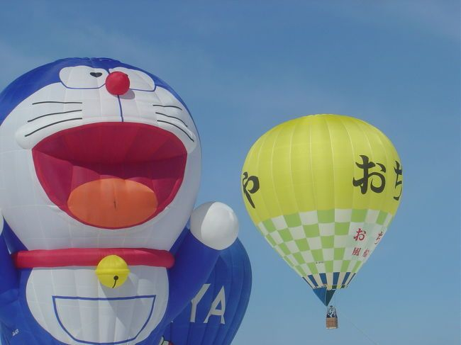 新潟県の中央部に位置し、小千谷縮布やへぎそばの産地としても有名な小千谷市。2月に行われる「おぢや風船一揆」は、真っ白な雪原にカラフルな熱気球が映える冬の風物詩です。祭りは熱気球大会や雪像つくり大会等がおこなわれ家族ずれで大賑わいです。気球に乗れる体験乗船には長い行列が出来るくらいです。駅などからシャトルバスもあり便利でした。会場で地元のへぎそばや、もちつき大会の餅なども振舞われていました。