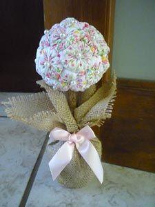 Topiaria com flores de fuxico recheadas