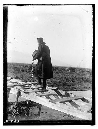Grèce ; Macédoine ; Negocani (Νίκη-Φλώρινα)  (1916-1917) Légende Le pope de dos sur le pont en bois Auteur photoBlanchet, Joseph