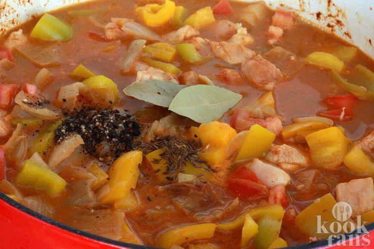 Goulash is een typisch Hongaars gerecht, het is zelfs de nationale schotel van het land. Het is eigenlijk een soep, maar wij eten meestal de sterk in gedikte variant, een goulash-vleesschotel. Niet alleen in Hongarije maar ook in andere Centraal- en Zuidoost-Europese landen, zoals in Duitsland, R