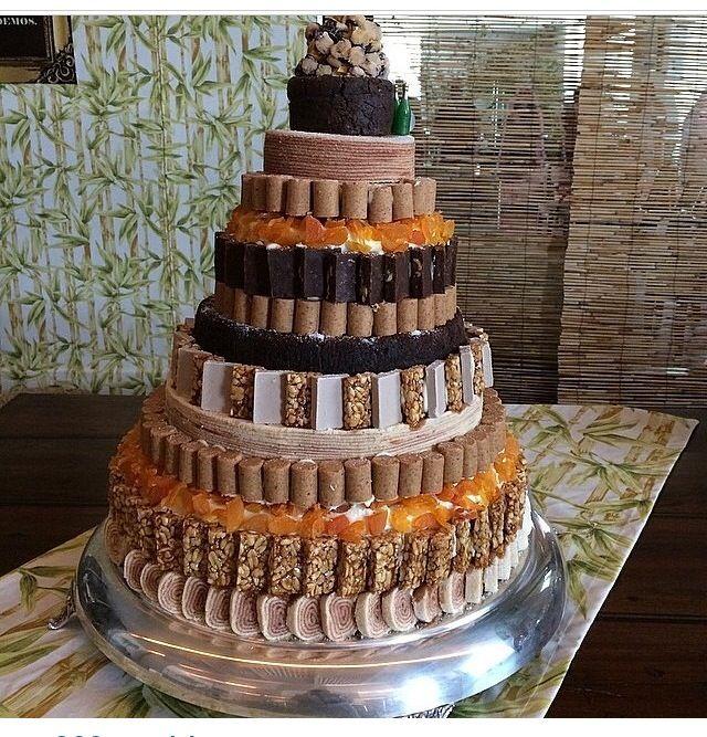 Bolo para festa junina (ideia: pode-se fazer um bolo fake e colocar todos os doces em volta)